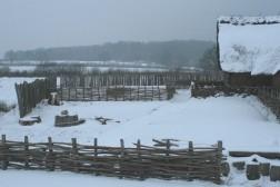 Arbeitsfläche hinter dem Haus des Holzhandwerkers in Haithabu 21-12-2009