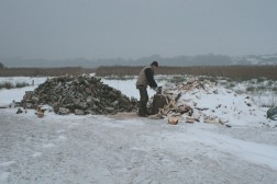Reinhard hackt mit der neuen Axt Brennholz Wikinger Häuser Haithabu 21-12-2009