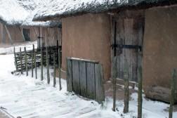 Zaun vor dem Eingang von dem Haus der Händler [3] in Haithabu 21-12-2009