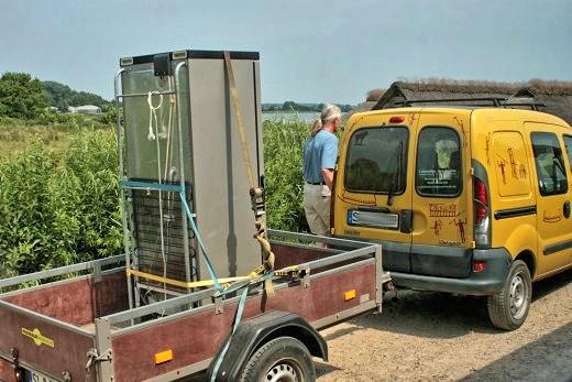 Reinhard Erichsen vom Wikinger Museum bringt einen Kühlschrank nach Haithabu WHH 02-07-2010