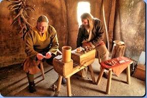 """Mitglieder von """"IG FrüHer"""" arbeiten in der Kammmacherwerkstatt in Haithabu – Museumsfreifläche Wikinger Museum Haithabu WHH 20-05-2012"""