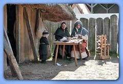 Sippenmitglieder von 'Nordic Stalking' aus Heide an der Herberge [Haus Nr. 7] auf dem 2. Frühjahrsmarkt - Museumsfreifläche Wikinger Museum Haithabu WHH 08-04-2012