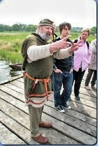 Museumsmoderator Wulf Freese erklärt die Funktion einer Landebrücke - Museumsfreifläche Wikinger Museum Haithabu WHH 20-05-2012