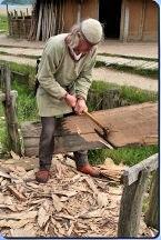 Reinhard Erichsen bearbeitet eine alte Holzplanke in Haithabu – Museumsfreifläche Wikinger Museum Haithabu WHH 20-05-2012