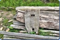 Seitenteil von eines der alten Holzbänke in Haithabu – Museumsfreifläche Wikinger Museum Haithabu WHH 20-05-2012